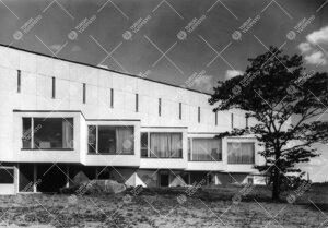 Päärakennuksen eteläseinä 1950-luvun lopulla.