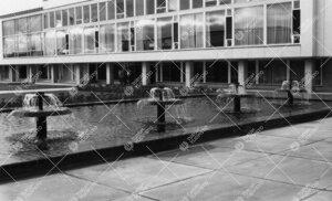 Keskusaukion suihkuallas ja pääkirjasto 1950- ja 1960-lukujen  vaihteessa.