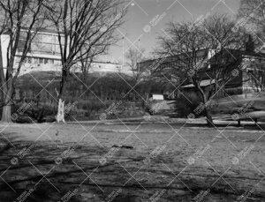 Nykyistä Koskenniemenaukiota 1950-luvun lopulla. Taustalla  yliopiston keskusaukio ympäröivine ra