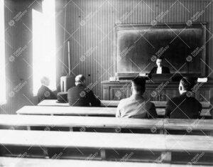 """Väitöstilaisuus Phoenixissa kevätlukukaudella 1935. Väitöskirjan  aihe: """"Vakinaisen sotamiehenp"""