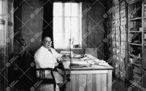 Kasvitieteen assistentti, dos. Lauri E. Kari Phoenixissa  työhuoneessa 1950-luvulla.