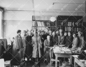 Vierailijoita Turun Yliopiston fysiikan laitoksella vuonna 1951.