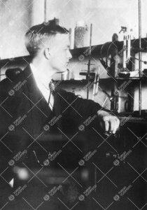 Kemian assistentti Einar J. Salmi Iso-Heikkilän kemian  laboratoriossa vuonna 1931.