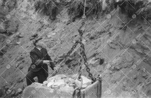 Yrjö Väisälä valvomassa Tuorlan tunnelin kaivaustöitä vuonna 1952.