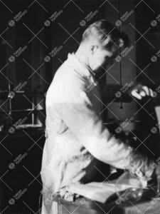 Seppo Kivisaari Iso-Heikkilän kemian laboratoriossa vuonna 1948.