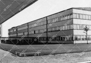 Fysiikan ja kemian laitosrakennus kuvattuna lounaasta  kahvilanivelen alta kesällä 1950-luvun lopu