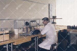 Työskentelyä fysiikan laitoksella 1950-luvun jälkipuolella.