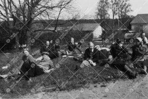 Perunannostotalkoot Tuorlassa vuonna 1946. Lähtötunnelmia  pihamaan laidalla.