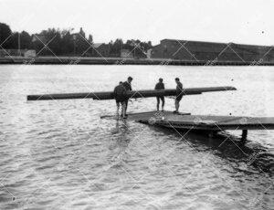 Aurasoutu vuonna 1933. Venekunnan jäseniä laiturilla  nostamassa/laskemassa kilpavenettään vesil