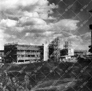 Fysiikan ja kemian laitosrakennus rakenteilla kesällä 1953.
