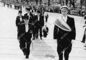 Promootio 3. kesäkuuta 1955. Juhlakulkue saapumassa  tuomiokirkkoon. Kunniatohtoreita.