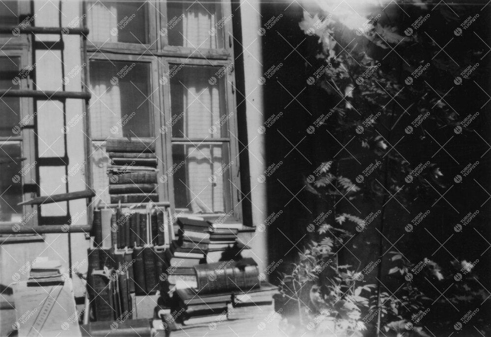 Phoenixin sisäpihaa kesällä 1952. Pöydällä runsas pino mm.  biblioita.