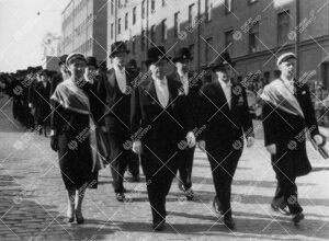 Promootio 3. kesäkuuta 1955. Juhlakulkue Aninkaistenkadulla  matkalla tuomiokirkkoon. Tohtoreita.