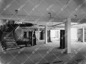 Kirjastotaloa rakennetaan 1953 - 1954. Ylikirjastonhoitaja Eero  K. Neuvonen ihailemassa toisen maan