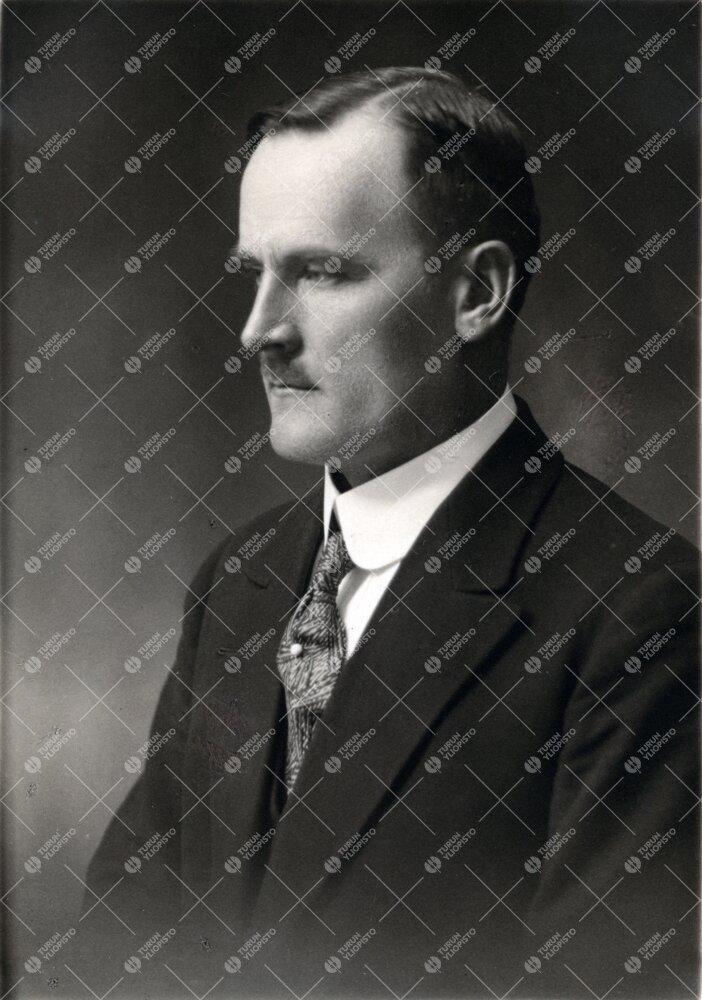 Sulo *Mikko* Saarenheimo (v:een 1906 Rask). Turun Suomalaisen  Yliopiston ensimmäinen väittelijä
