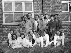 Ryhmäkuva kemian laboratoriorakennuksen edustalla kesällä 1947.