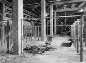 Kirjastotaloa rakennetaan 1953 - 1954. Varastokerrostilat ennen  hyllyjen ja välipohjien asentamist