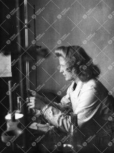 Riitta Suikkanen Iso-Heikkilän kemian laboratoriossa  todennäköisesti vuonna 1954.