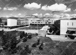 Yliopistonmäkikompleksi keskusaukioineen etelä-lounaasta kesällä  1959 tai 1960.