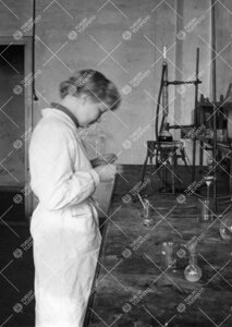Sirkka-Liisa Karanko Iso-Heikkilän kemian laboratoriossa  vuonna 1954.