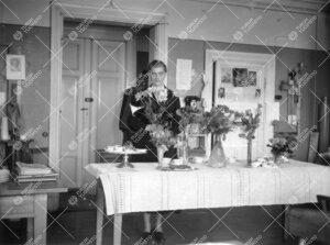 Liisi Oterma fysiikan laitoksella vuonna 1955. Kyse lienee hänen  tohtoroitumisensa vuoksi järjest