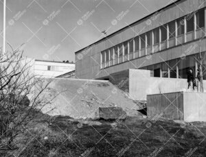 Päärakennus nykyisen Koskenniemenkadun suunnasta valmistumisensa  kynnyksellä keväällä 1958.