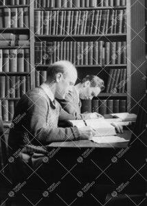 Kemian laboratorion käsikirjastossa vuonna 1954.