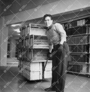 Kirjasto muuttaa Phoenixista yliopistonmäelle syksyllä 1954.  Kirjalaatikoita tuodaan uuteen raken