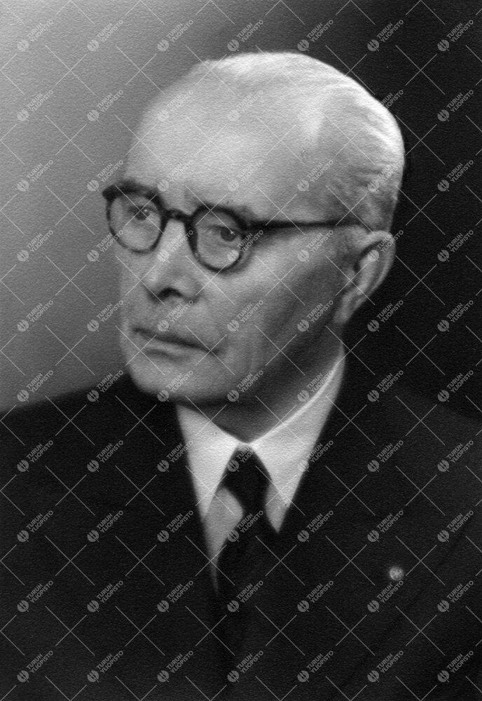 Karl Viktor Toivonen. Kauppaneuvos, Turun Suomalaisen  Yliopistoseuran hoitokunnan puheenjohtaja (19