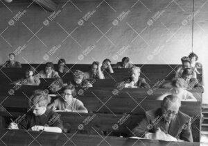 Tentti meneillään Iso-Heikkilän kemian laitoksen luentosalissa  26. toukokuuta 1954.