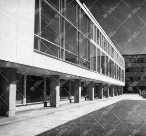 Yliopiston pääkirjaston julkisivua, osa keskusaukiota ja  Luonnontieteidentaloa 1950-luvun lopulla