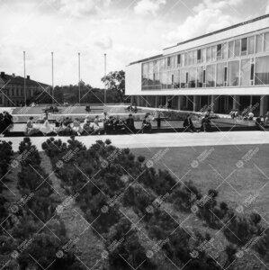 Näkymä Luonnontieteidentalo I:n edustalta etelään 1950- ja  1960-lukujen vaihteessa: keskusaukio