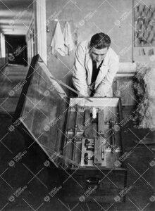 Fysiikan laboratorion mekaanisessa työpajassa 1930-luvun  alkupuolella valmistettua laitteistoa lai