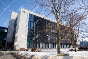 Kauppakorkeakoulun rakennus aamulla, kevättalvi 2011