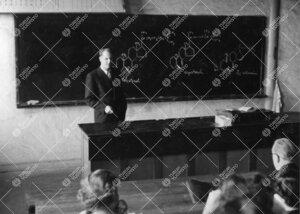 Professori Reino Leimu pitämässä luentoa Iso-Heikkilän kemian  laitoksessa vuonna 1954.