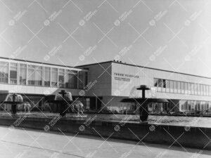Keskusaukion suihkuallas, päärakennus ja kahvilanivel 1950- ja  1960-lukujen vaihteessa.