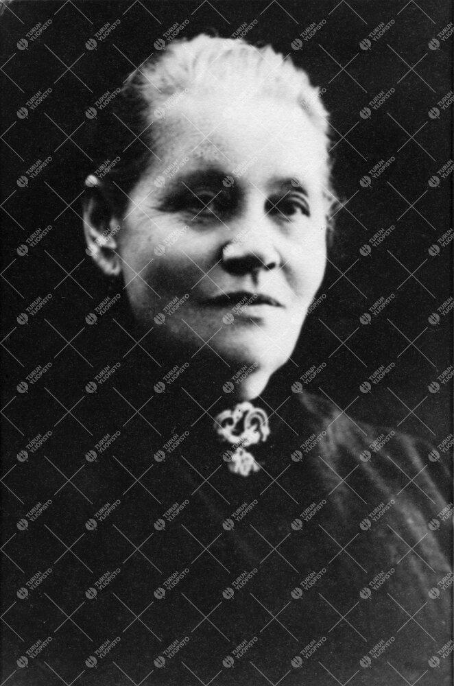 Vilhelmina Wilander. Lahjoitti - vielä virallista perustamistaan  odottavalle - Turun Suomalaiselle