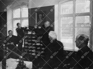 Taiteilija Edwin Lydénin maalaama ylikirjastonhoitaja Volter Kilven muotokuva paljastetaan kirjasto