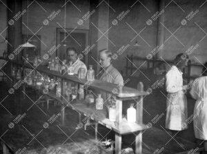 """Työskentelyä Iso-Heikkilän kemian laboratorion """"pikku kvalilla""""  vuonna 1948."""