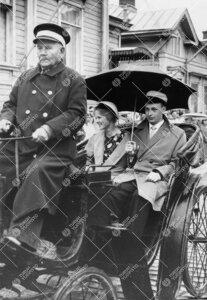 Promootio 1960. Yleinen seppeleensitojatar neiti Liisa Salmi ja  ultimuskandidaatti Keijo Korhonen m
