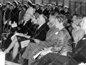 Turun normaalilyseon lipun vihkimistilaisuus 31. toukokuuta 1963.  Eturivissä arkkipiispa Ilmari Sa
