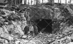 Tuorlaa rakennetaan. Laukkavuoren tunnelin pohjoispää vuonna 1952.