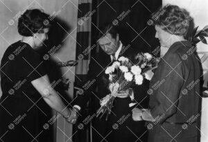 Turun normaalilyseon lipun naulaustilaisuus 30. toukokuuta 1963.  Kukitettavana lipun suunnittelija,