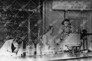 Työskentelyä kemian laboratoriossa vuonna 1946.