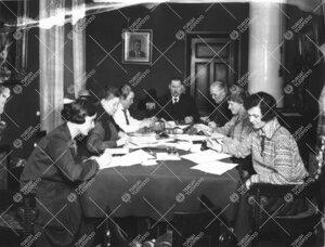 Valmistautumista Turun Yliopiston vihkiäisjuhliin 12.-13.5.1927. (Phoenixin valiokuntahuone.)
