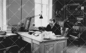 Dosentti Antero Vaarama (kasvitieteen professori 1955-1975)  Phoenixissa työhuoneessa v. 1952.