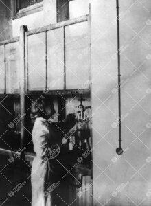 Aila Kyrki Iso-Heikkilän kemian laboratoriossa (todennäköisesti)  vuonna 1943.