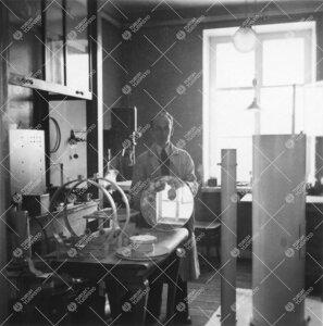 Valmisteilla olevia teleskoopin osia fysiikan laitoksella  Phoenixissa 1940-luvun jälkipuolella. Me