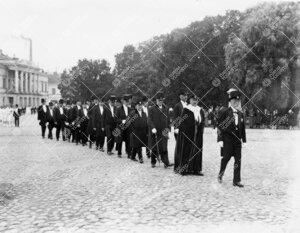 Åbo Akademin promootio 24. syyskuuta 1927. Yliopistollinen kulkue  matkalla ÅA:n päärakennuksest