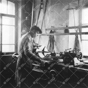 Fysiikan laitoksen mekaaninen työpaja Phoenixissa 1940-luvun  jälkipuolella. Sorvaus meneillään.